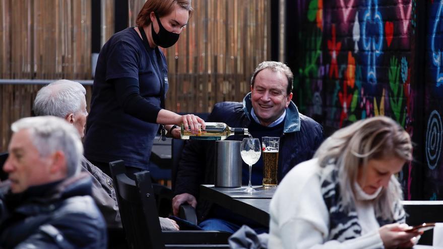 Los pubs ingleses retoman su actividad tras tres meses de cierre