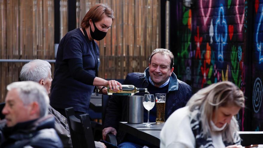Reabren los primeros pubs tras el levantamiento de las restricciones en Inglaterra