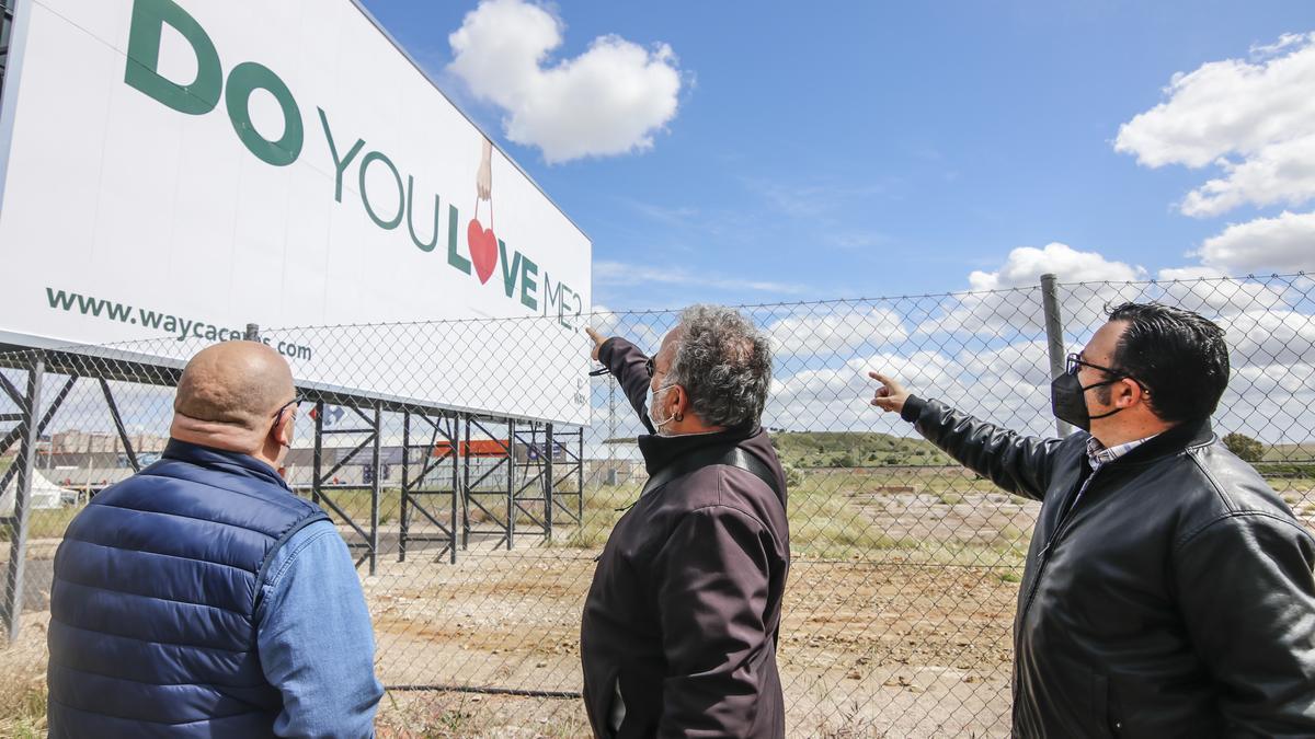 Los vecinos de El Junquillo posan junto a los carteles del futuro centro comercial del antiguo matadero.