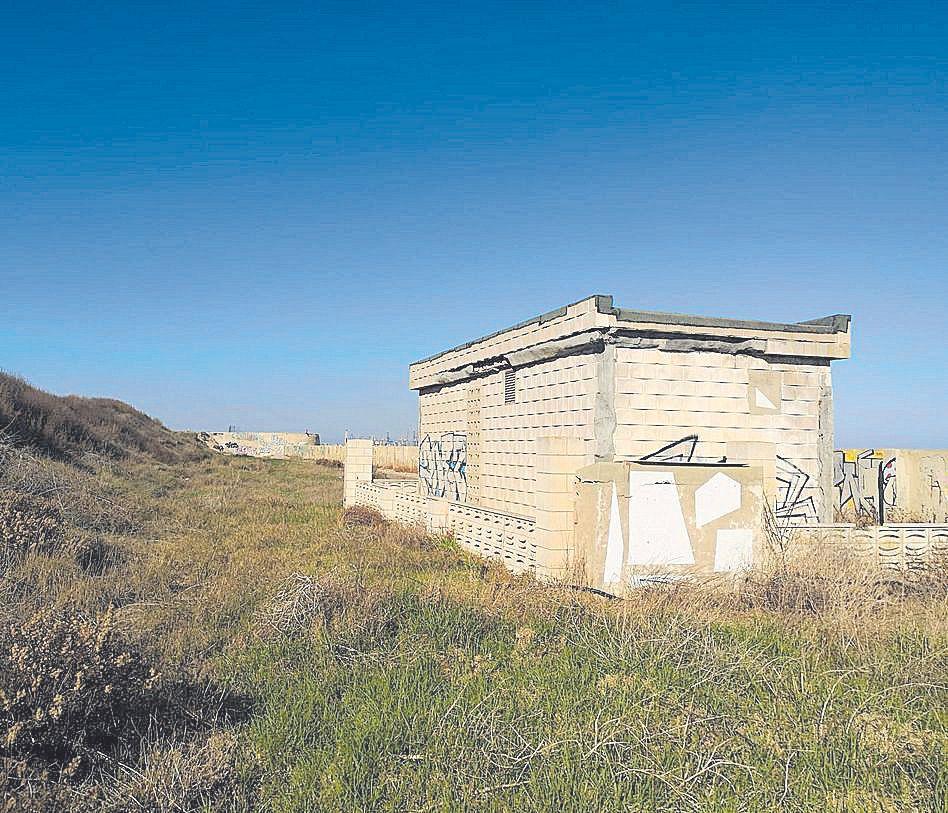 El polideportivo de El Saler, en mal estado y abandonado