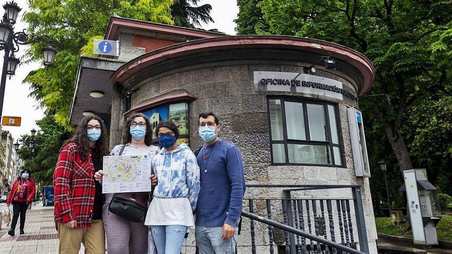 Una familia del Ferrol llegada en autocaravana reestrena la oficina del Escorialín de Oviedo