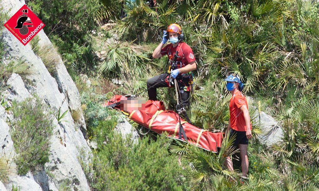 Un senderista de 75 años cae por una ladera de diez metros en la Serra de Bèrnia