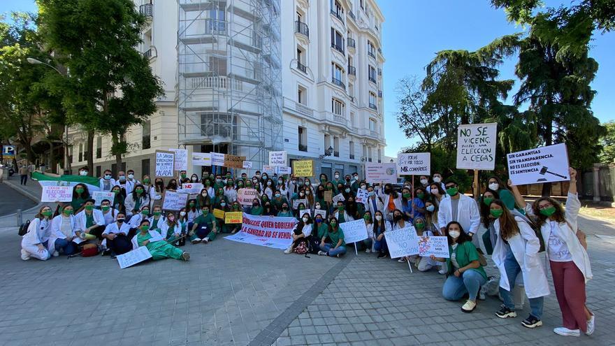 Más de un centenar de MIR malagueños se manifiestan en Madrid contra la selección telemática de plazas