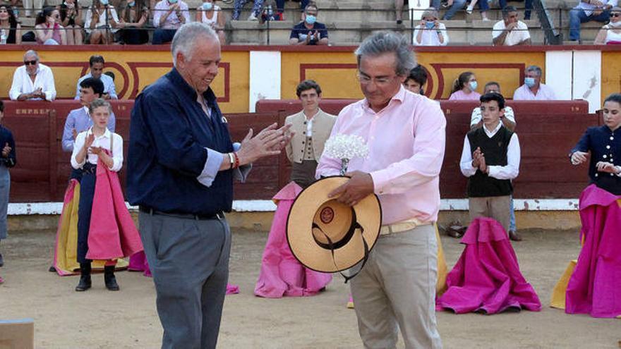 La peña Luis Reina celebra un desafío ganadero en la plaza de Almendralejo
