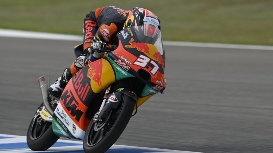 Pedro Acosta remonta en Le Mans tras sufrir una caída