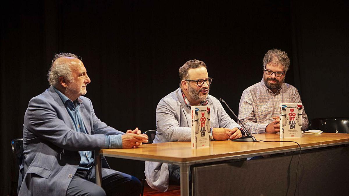 De izquierda a derecha, Marino Pérez, Edu Galán y Sergio del Molino, ayer, en la Biblioteca de Asturias. | B. Valle
