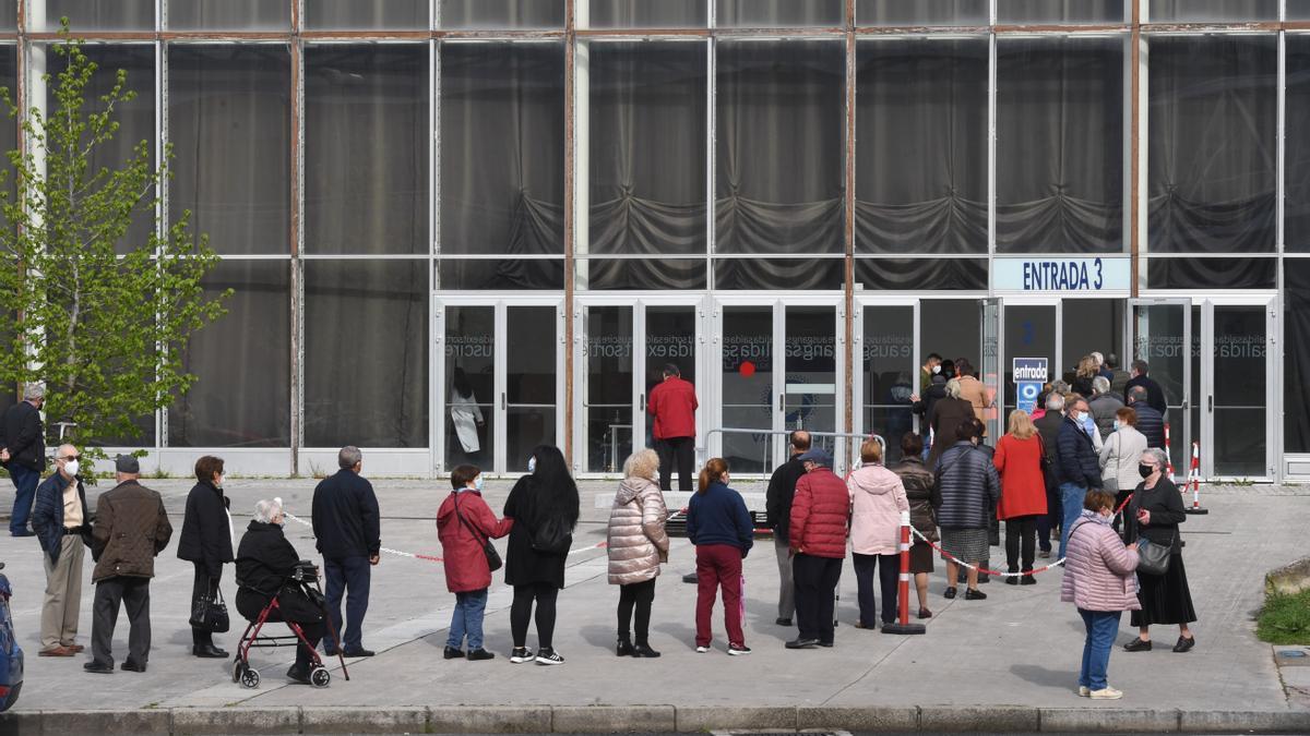 Colas en el exterior de Expocoruña para recibir la vacuna contra el coronavirus.