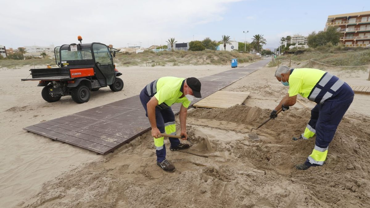 Tareas de acondicionamiento en la playa de Canet