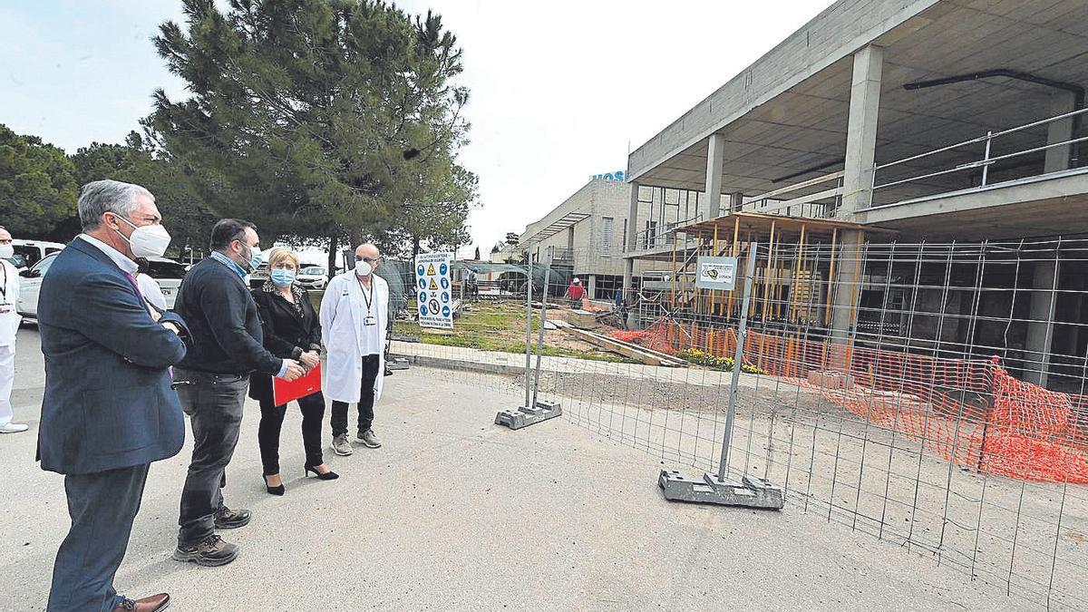 La consellera de Sanitat visitó el pasado mes de marzo las obras de ampliación de la unidad de cuidados intensivos.