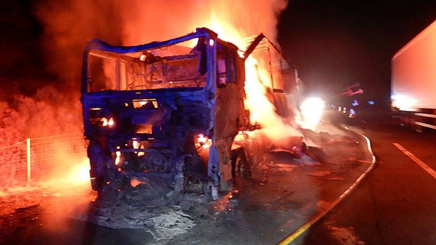 Arde un camión cargado de papel y cartón en la A-6 a su paso por Folgoso de la Ribera (León)
