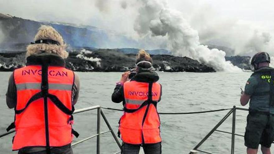 Una nueva lengua de lava del volcán alcanza el mar en La Palma