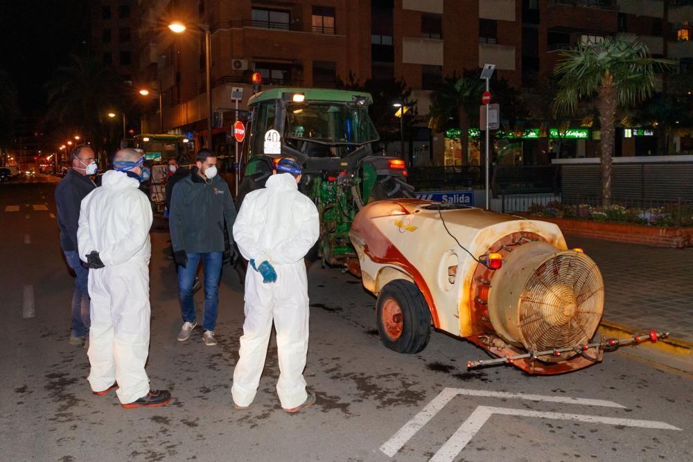 Un tractor pulveriza Mislata durante la noche