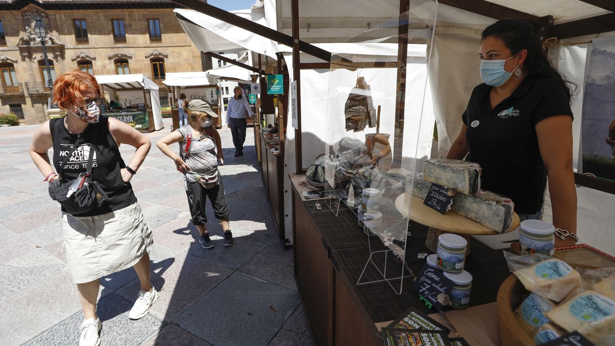 Ambiente de terrazas y mercado en Oviedo