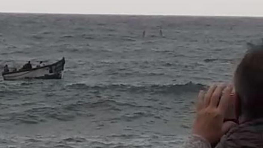 Llega una patera al Puerto de Mogán