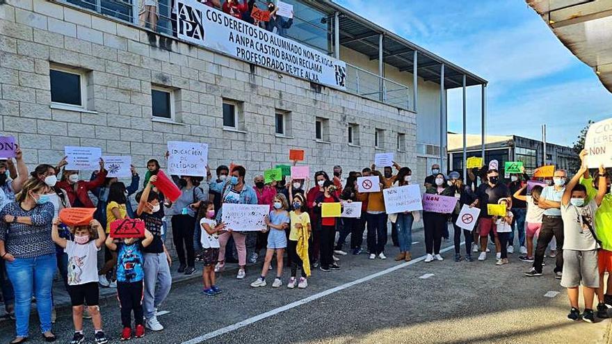 Castro Baxoi se manifiesta contra recortes de docentes