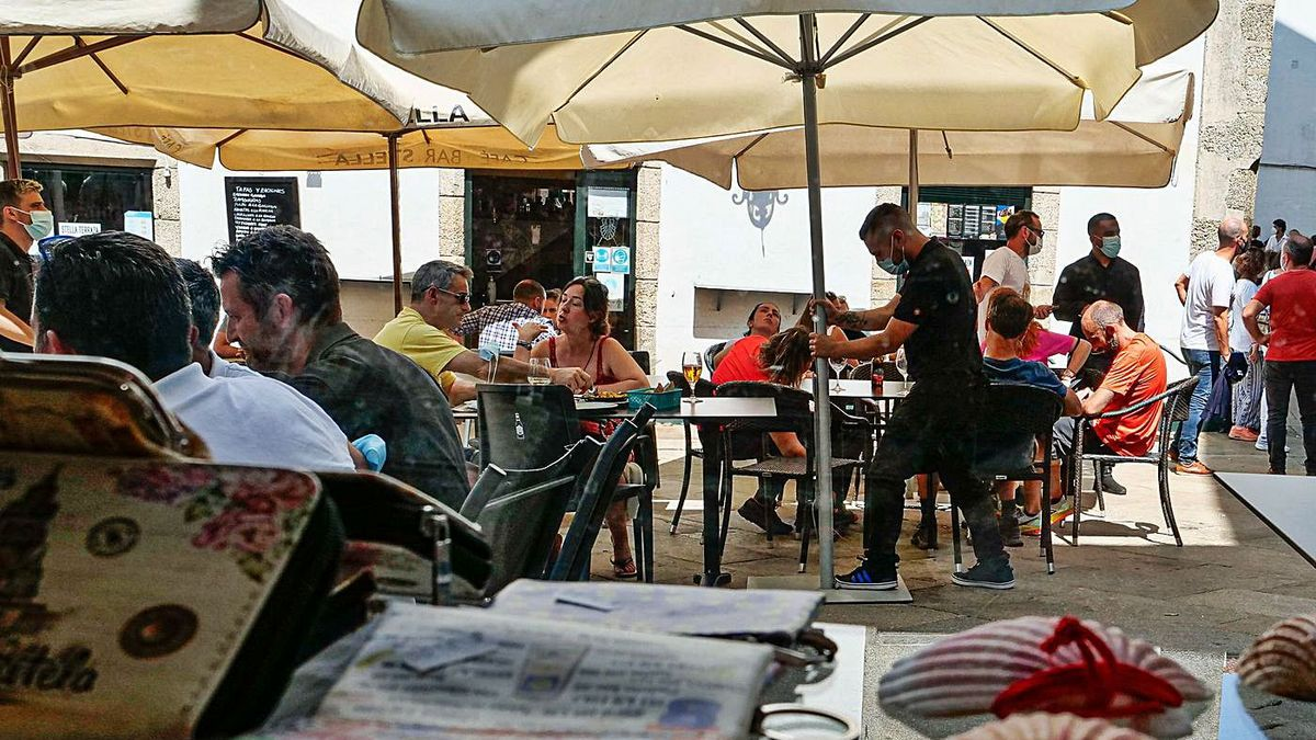 La terraza de un restaurante en Coruña, el pasado mes de agosto.    CÉSAR ARXINA / EUROPA PRESS