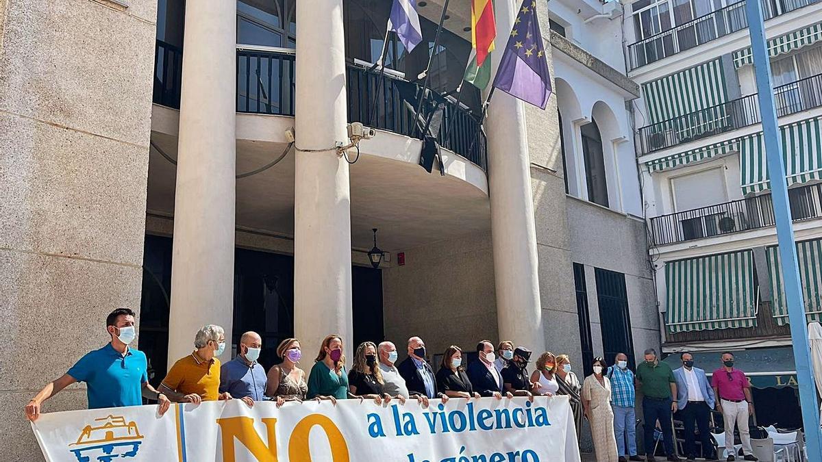 Minuto de silencio ayer en el Ayuntamiento de Rincón en repulsa por el crimen machista.