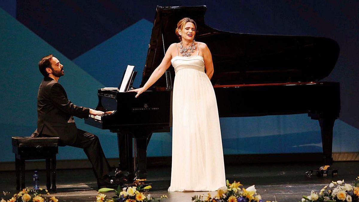 Ainhoa Arteta, durante una actuación en el Colegio de Médicos de Asturias.