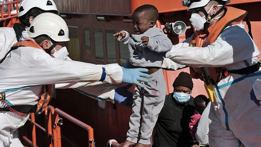 Clamor en las Islas para que el Gobierno de Sánchez deje volar a los migrantes