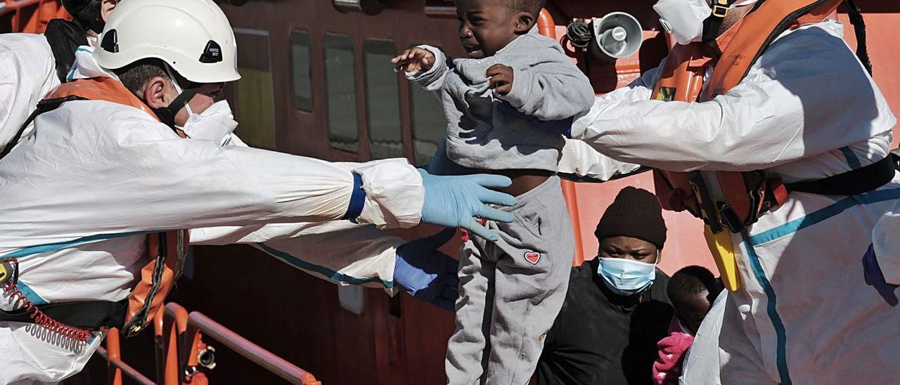 Clamor en las Islas para que el Gobierno de Sánchez deje volar a los migrantes  | ÁNGEL MEDINA G. /EFE