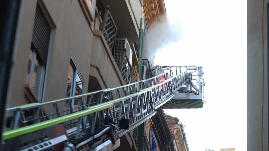 Los bomberos apagan un incendio en un piso del Casco Histórico de Zaragoza