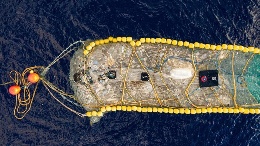 Inventan un sistema para 'pescar' grandes cantidades de plástico en el mar