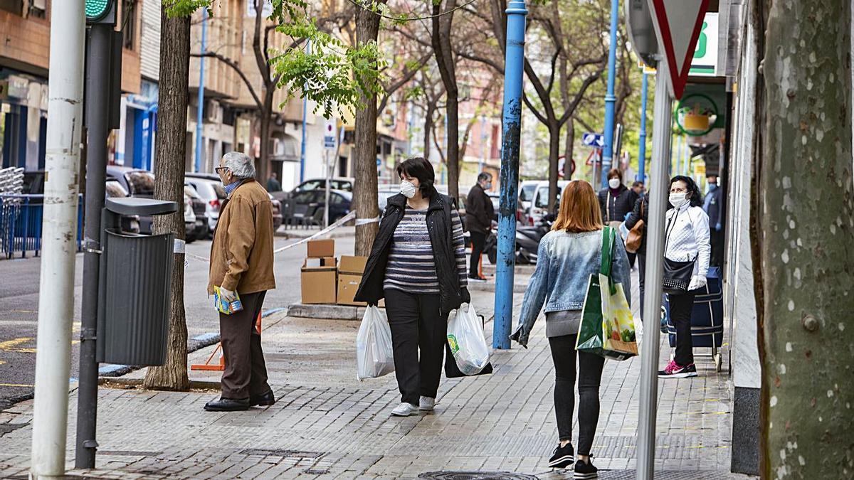Vecinos de Xàtiva transitan por una céntrica calle del municipio, en una imagen de archivo