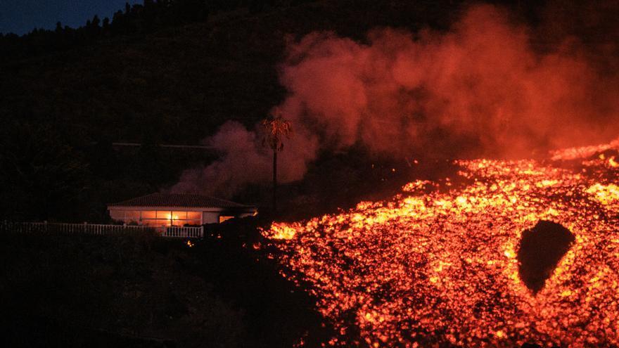 La lava sepulta otra carretera y se dirige hacia La Laguna-Todoque