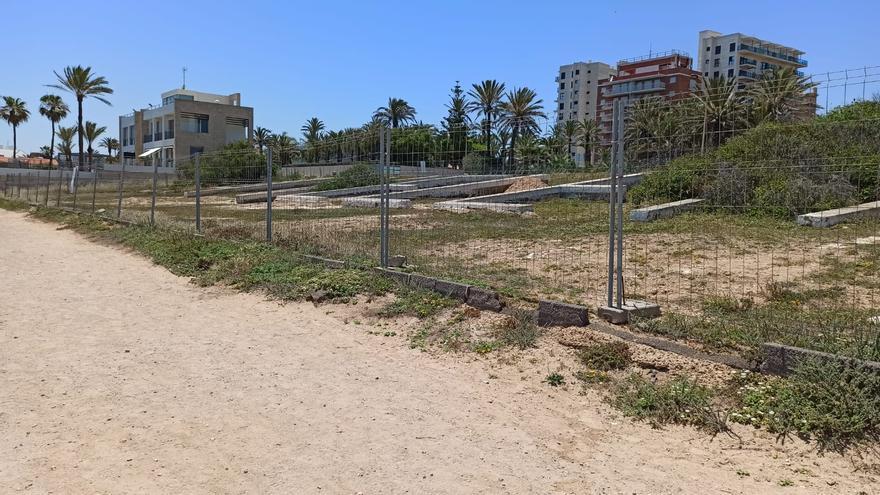 Parcela en la que está prevista la construcción de un restaurante y piscina en primera línea del mar, en La Veleta de Torrevieja