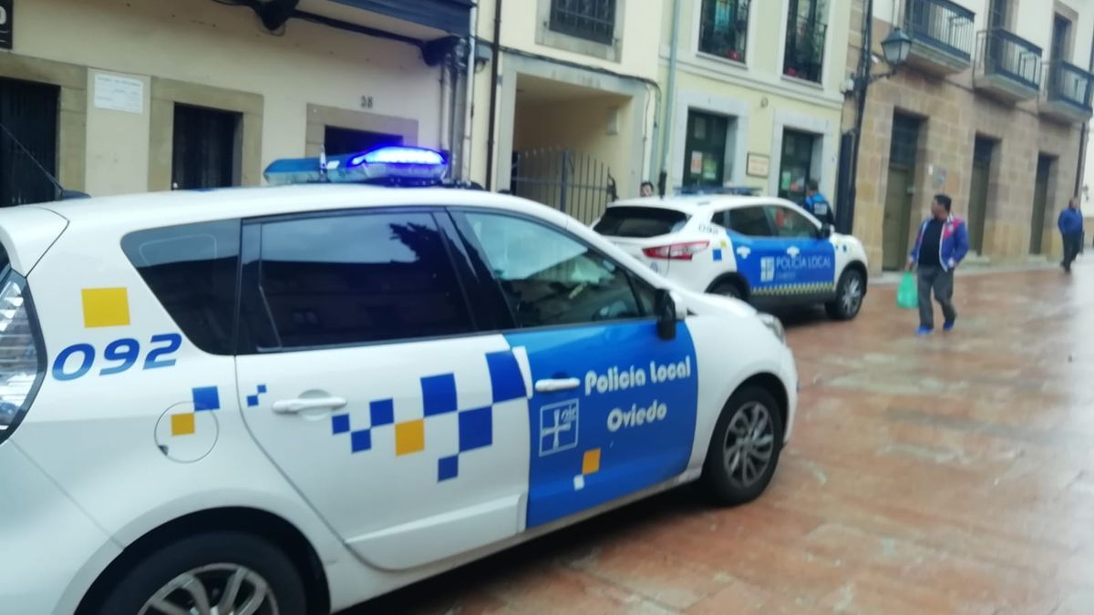 Dos patrullas de la Policía Local de Oviedo.