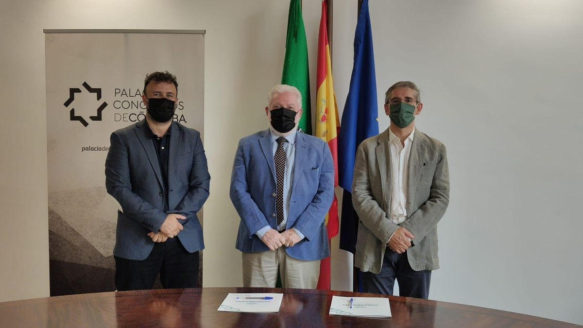 Juan Serrano, Alfonso Morales y Juan Salado posan tras el acuerdo.