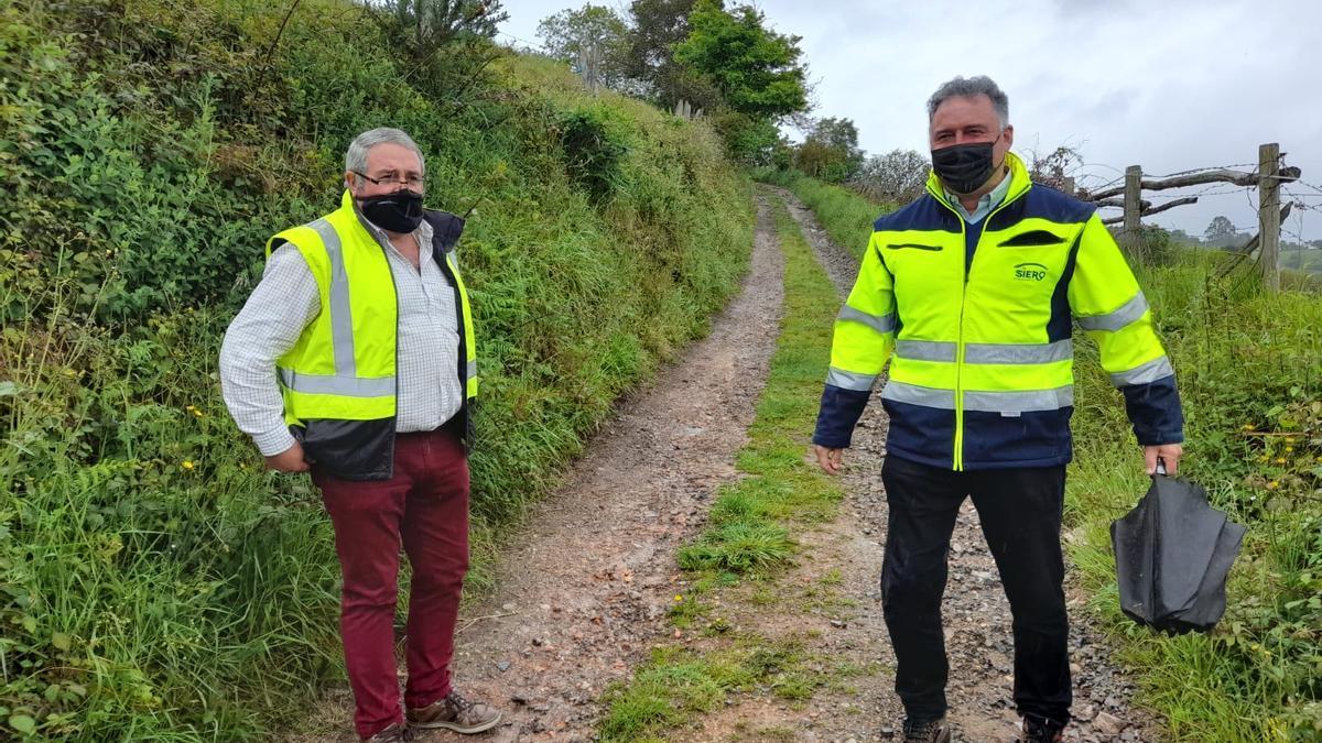 Por la izquierda, Francisco Torre y Alejandro Villa, en el camino que se reparará y  que une los concejos de Langreo y Siero.