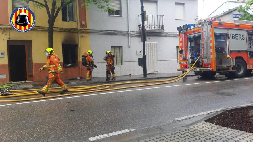 Un incendio en una vivienda de Ontinyent obliga a desalojar tres plantas bajas