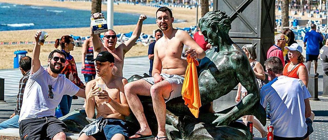 Un grupo de británicos en Benidorm, principal destino turístico de la Comunitat Valenciana.