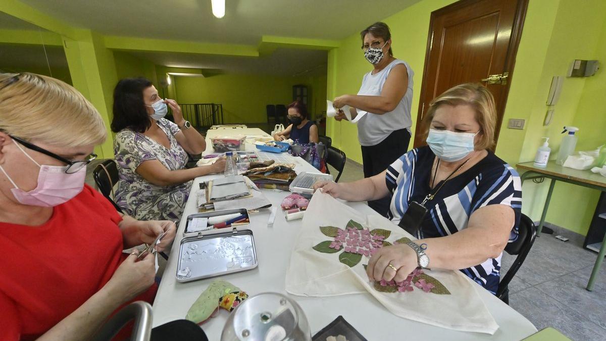 Un grupo de alumnas inició las sesiones de 'patchwork' en la sede de la asociación de vecinos Cervantes.