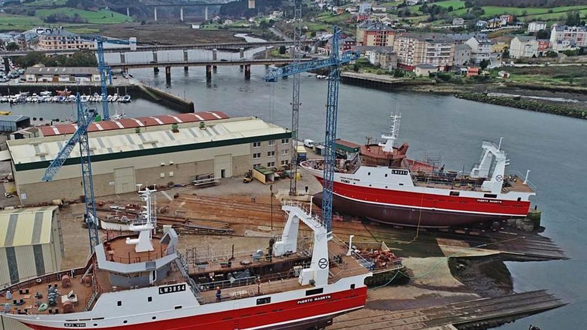Dos barcos para la pesca en Argentina, listos para la botadura en el astillero de Armón en Navia.   Albacora
