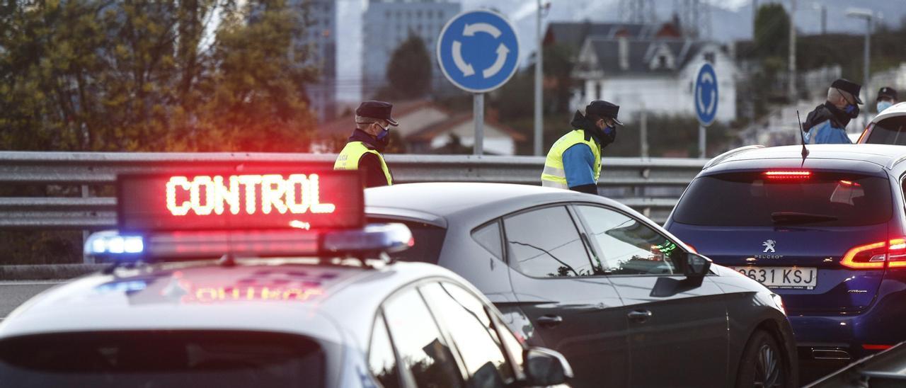Un control policial en Oviedo. | JULIÁN RUS