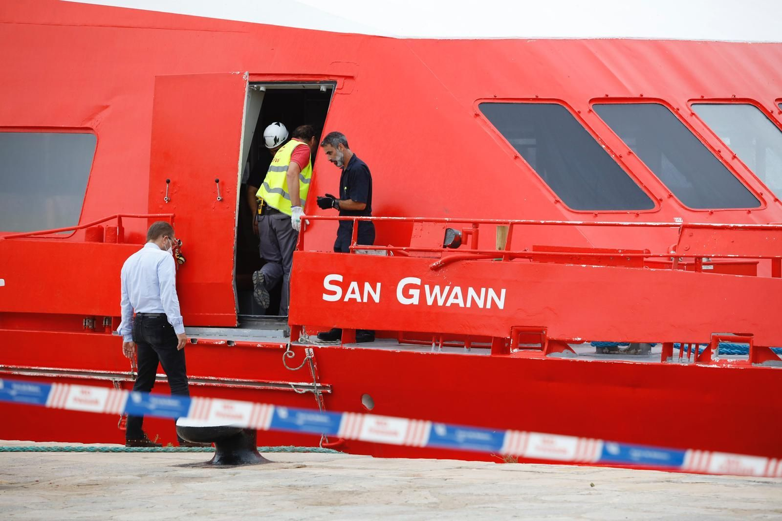 El barco accidentado 'San Gwann' llega al puerto de Ibiza