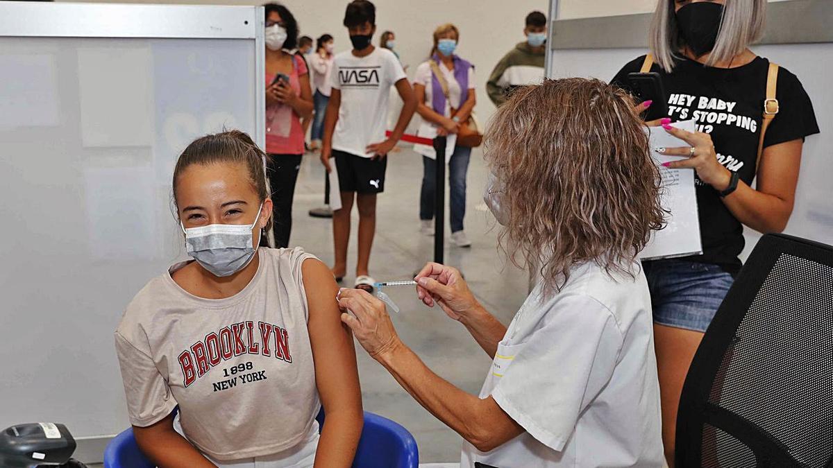Una niña recibe la vacuna contra el COVID en Vigo. |   // PABO HERNÁNDEZ