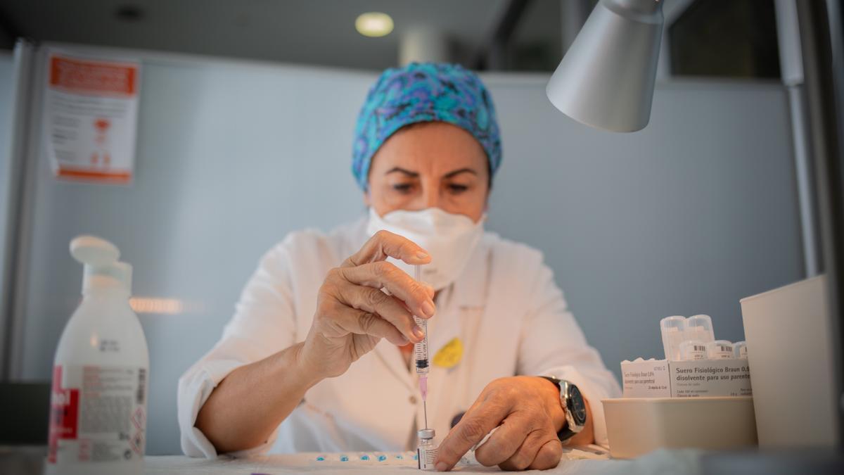 Preparación por parte de una enfermera de una vacuna contra el coronavirus.