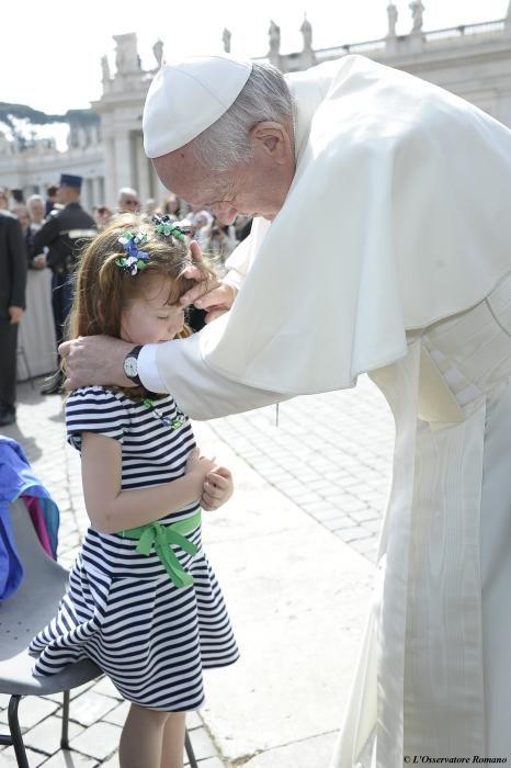 El Papa Francisco da su bendición a Lizzy Myers, la niña de 5 años que conmovió al pontífice el día 6 de abril. Lizzy tiene una enfermedad genética llamado síndrome de Usher, que supone a la larga la pérdida de la visión y el oído.