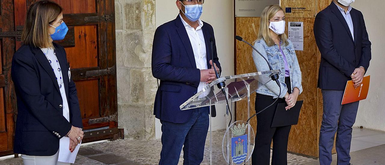 Rodríguez, junto a Pastor, Enguix y Calabuig, anunciando el acuerdo para los presupuestos de 2021, ayer en el Palau de la Vila. | LEVANTE-EMV