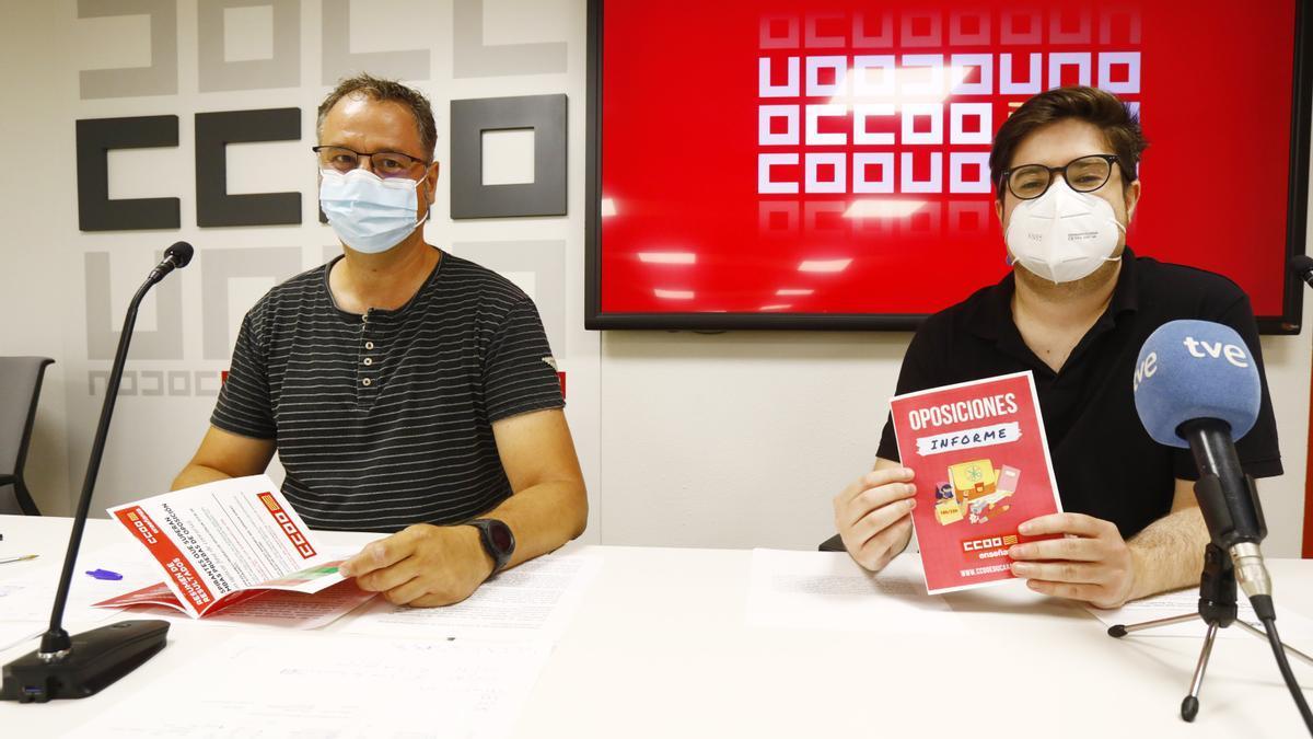 Guillermo Herráiz y Andrés Mingueza, de la Federación de Enseñanza de CCOO Aragón.