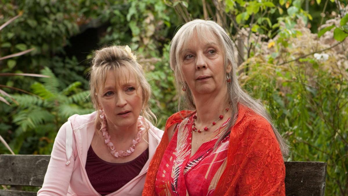 Lesley Manville (i) y Ruth Sheen (d).