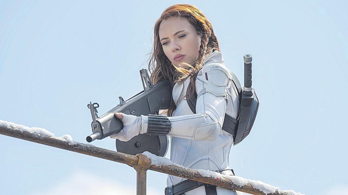 Scarlett Johansson denuncia a Disney por el estreno de 'Viuda Negra'.