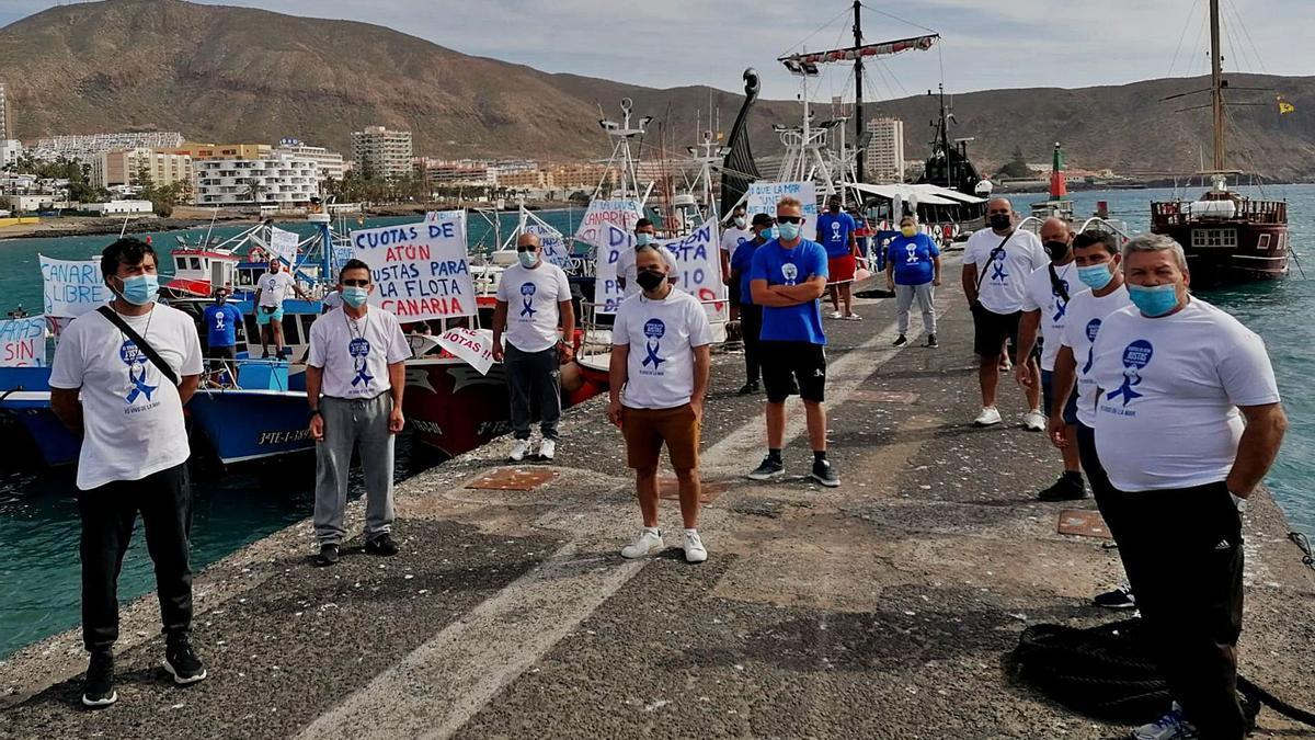 Los pescadores protestan en el puerto de Los Cristianos, ayer.