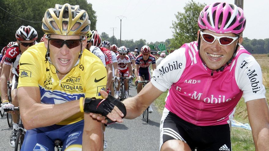 Jan Ullrich reicht bei der Schlussetappe der Tour de France dem späteren Sieger Lance Armstrong die Hand.