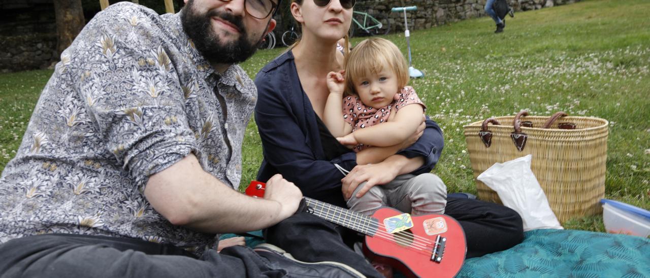 Alejandro Castaño y Fee Reega con su hija.
