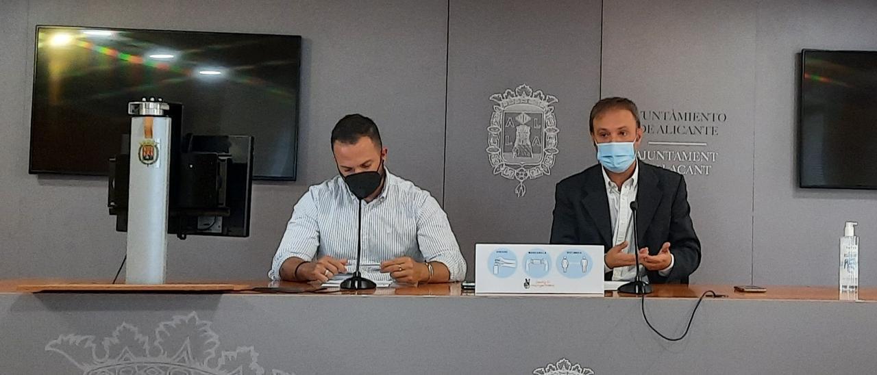 Los dos concejales de Compromís en Alicante, Rafael Mas y Natxo Bellido, en la rueda de prensa de este martes
