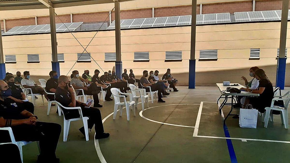 El IMAS explicando a los policías los primeros resultados del programa.    CONSELL